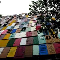 Házhomlokzat 1000 használt ajtóból - napi linkek