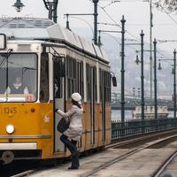 Ti hogyan nézitek meg telefonon, mikor jön a busz? Nagy budapesti mobilmenetrend összehasonlítás az Urbanistán