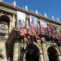A nap képe: a Hunyadi László reklámja az Operaházon