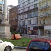 Sátrat vertek a Szervita téren. Ez egy street-art alkotás vagy tényleg itt lakik valaki a Belváros új főutcájában?