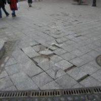 Balesetveszélyesre zúzott díszburkolat a Szabó Ervin téren