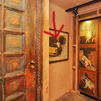 Hat művészi szexpóz az ajtószárnyakra pingálva - ingatlansaláta