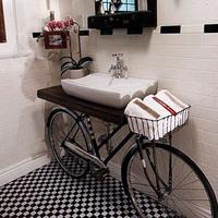 Biciklire szerelt mosdótálca és egyéb vintage-nyalánkságok