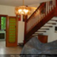 Lakás kanapén pöffeszkedő tulajdonossal - ingatlansaláta