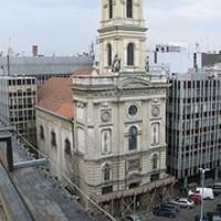 Eladó a Matáv-központ a Szervita téren. Meg a Magyar Telekom egy csomó más ingatlana