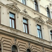Budapest100 : Százéves bérház 121 éves sziámi ikertestvérrel