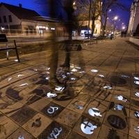 Éjjel világító utcaköveket raktak le Monoron. Midnenféle mókás apróságok jelennek meg a járdán sötétedés után