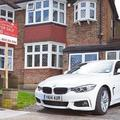 Ciki-e ingatlanhirdetésben a menő kocsi? Egy brit felmérés szerint kifejezetten előnyös, egyesek bérelnének is autót házfotózáshoz