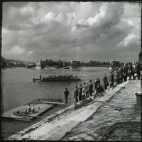 Amikor a felrobbantott Margit híd helyett a kompra vártak a budapestiek - a nap archív képe