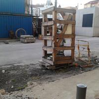 Bréking: előkerült az öt éve lappangó Móricz-szobor és fura csomagolásban áll egy raklapon a járda szélén