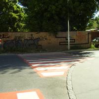 A zebra, amely falnak vezet. A gyalogátkelőhelyeket gondosan felfestették, már csak a metrót kell megépíteni hozzá