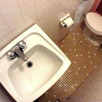 A fürdőszobaajtót csak úgy tudod becsukni, ha oldalt ülsz a vécére - a nap hirdetése