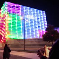 Mi csak álmodozunk róla, az osztrákok már meg is csinálták: bűvöskocka-épület, amit egy Rubik-kockával irányíthatsz
