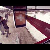 Ez a világ legkedvesebb buszmegálló-reklámja! Akkor ad meleget, ha két ember megfogja benne egymás kezét