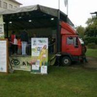 Gyermekmunka a Millenárison. Hulladék-újrahasznosító kamion mint játszótér