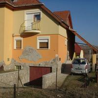 Nagy-Magyarországgal díszített családi ház - ingatlansaláta