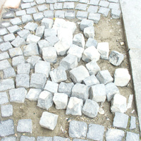 Építési törmelék? Nem, ez egy térkövezett járda a Holló utcában. Hasonlítsuk össze egy kétezer évvel ezelőtt készült útburkolattal!