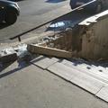 Ellopják az aluljárót a Baross téren. Egészen brutális módon, a falból bontják ki a vas alkatrészeket