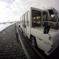 Szaunázás egy kiszuperált reptéri buszban a Duna-parton! Akár te is beülhetsz, ha izzadva akarod csodálni a budapesti panorámát