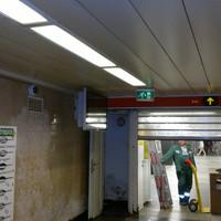 A takarítók és a karbantartók miatt kellett felcelluxozni az újságpapírt az Astorián. Keresik az elegánsabb megoldást