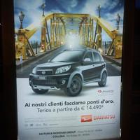 Japán autót reklámoznak magyar híddal az olaszok. A Daihatsu hirdetésében aranyra festették az esztergomi Mária-Valéria hidat