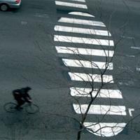 Szétgraffitizett zebrák, felező vonalak és egyéb útburkolati jelek