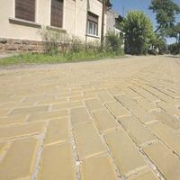 Eltűnhet Budapestről a sárga keramitburkolat. Az utolsó ilyen utcák egyikét aszfaltozzák le hamarosan