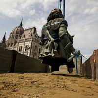 Kettévágták a Rákóczi-szobrot. De miért kellett belülről flexelni?