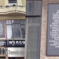 Na ennél furább emléktábla egész Budapesten nincs! De talán nem is volt, nem is lesz