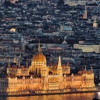 Klassz zoomolható fotó az éjszakai Budapestről, a Mátyás-templomtól a Bazilikáig