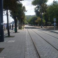 Hol kerekeznél, a járdán kijelölt bicikliúton vagy a villamossíneken? - a nap képe az Indafotóról