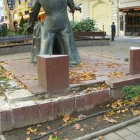 A Zeneakadémia gyönyörű lett, de a Liszt Ferenc-szobor talapzata ma is szét van esve