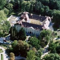Két egymilliárdnál is drágább magyar kastély a piacon. Egyiknek a melléképületét is külön kastélynak hirdetik - 461 millióért