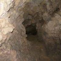 Eladó patakparti ház saját barlanggal
