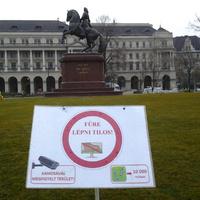 A város legszigorúbb tiltótáblája a Kossuth téren van