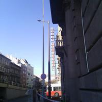 Szabadtéri lámpakiállítás nyílik a Keletinél? Vagy a Rottenbiller lesz az új Fény utca? Vagy mi ez?