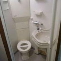 Hat négyzetméteres lakás. A vécé már csak a zuhanykabinban fért el