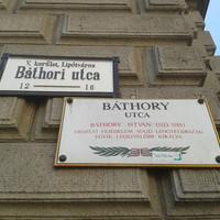Mit vétett szegény Báthory? Lipótvárosban lecserélik az utcanévtáblákat, de nagyon amatőr módon. FRISSÍTVE!