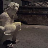Kis gusztustalan műalkotás Újbudáról. Vajon ki állította a guggoló nő szobrát a járdán hagyott kutyagumi fölé?