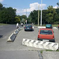 Betontömbökkel zárták le a járdát Zuglóban. Több hely jut a parkoló kocsiknak, de a gyalogosok csak az úttesten kerülhetnek