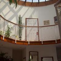 Kör alakú házat árulnak Pestszentimrén: átriumos nappali üvegtetővel