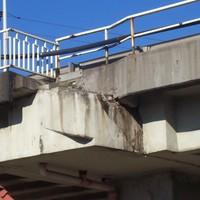 Csigalépcsőcsonk lóg Palota és Újpest határán. Úgy szüntették meg a gyalogosforgalmat a felüljárón, hogy levágták a feljárót