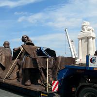 Már vésik Orbán nevét a Tisza-szobor oldalára. Újabb hatalmas bronzalakok érkeztek a Kossuth térre - FRISSÍTVE