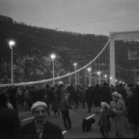 Nem fantasztikus? Valaki lefényképezi az Erzsébet híd átadását és fél évszázaddal később elküldi nekem a fotókat Facebookon