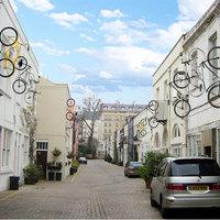 Kerékpárok a házak oldalán: díszek vagy járművek? - napi linkek