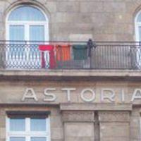 Valaki maga mos a Hotel Astoriában, azután kitereget az erkélyre