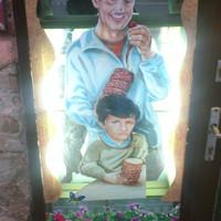 Vennétek kürtőskalácsot ettől a felnőttfejű, szomorú kisfiútól?