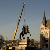 Helyére került a Rákóczi-szobor a Kossuth téren. Nézzétek meg milyen színe lett végül!