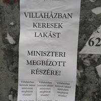 A hét hirdetése: miniszteri megbízottnak keresnek villalakást egy FALRAGASZON