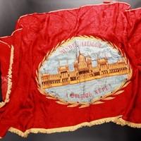 A hét építészeti műtárgya: vörös zászló Országházzal